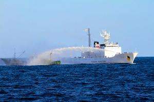 大和堆周辺海域で中国漁船に放水する水産庁の漁業取締船(2020年9月、水産庁提供)