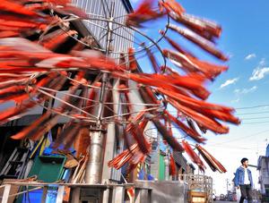 回って回って潮風でうまみ増すサケとば=北海道小平町の臼谷漁港