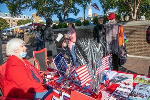 投票用紙サンプルやステッカーを配りながら、共和党支持を呼びかけるボランティア=バージニア州アレクサンドリア、ランハム裕子撮影