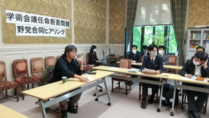 菅義偉首相による日本学術会議会員の任命拒否を批判する、ドキュメンタリー監督の森達也氏(左)=2020年10月21日、国会内、吉川真布撮影