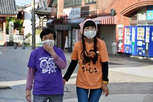 イベントを前に大門大通り商店街周辺を歩く宮木きみゑさん(左)と娘の野田啓子さん=2020年10月13日、津市大門