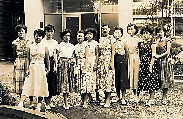恵泉女学園には制服がなかった。1955年、同窓会の集まりで、自由な校風をなつかしむ。左から2番目が小池さん
