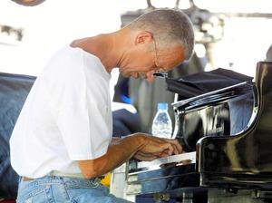 フランス南部のジュアン・レ・パンで2003年、演奏するキース・ジャレットさん=AFP時事