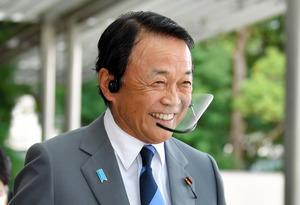 副総理兼財務相に内定し首相官邸を出る麻生太郎氏=2020年9月16日午後3時56分、福留庸友撮影