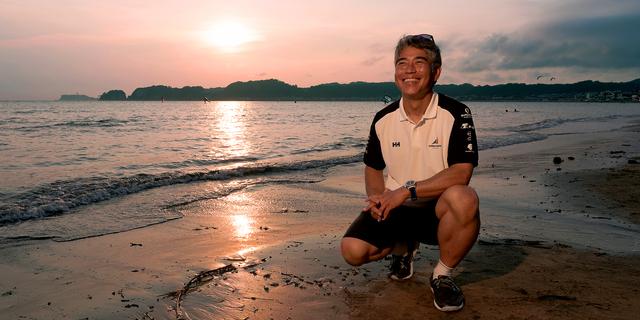地元の材木座海岸。この水平線の先が知りたくて、船に乗った。「明るく元気に遊ぶのが大好き。結局、子どもの頃からやっていることは一緒で、舞台が地球になっただけだね」=神奈川県鎌倉市