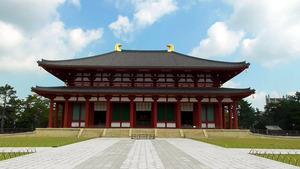 中金堂は江戸期の火災以降、仮堂だったが、2018年に東西37メートル、南北23メートル、高さ21メートルと、創建当初の規模で再建された。平城京跡の第1次大極殿に並ぶ巨大な木造建築だ