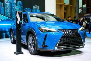 広州モーターショーで発表されたレクサス初の電気自動車(EV)UX300e=2019年11月22日、中国・広州市、福田直之撮影
