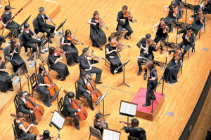 日本センチュリー交響楽団と、首席指揮者の飯森範親(C)s.yamamoto、同楽団提供