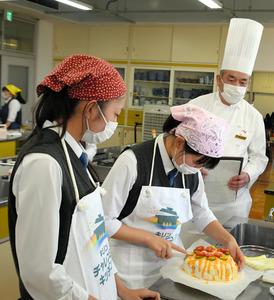 調理する2人と様子を見つめる松本料理長=2020年10月20日午後4時5分、静岡市駿河区有東、広瀬萌恵撮影
