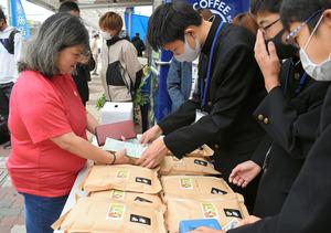 知立団地で地元産の米を売る知立南中の生徒たち=愛知県知立市、小川崇撮影