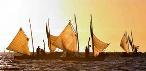 朝焼けの光の中で始まった野付湾の北海シマエビ漁=別海町