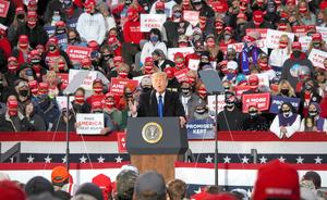 大統領選に向けた集会で演説するトランプ大統領=10月24日、オハイオ州サークルビル、青山直篤撮影