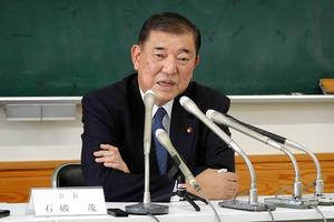 記者会見を開き、派閥会長の辞任について説明する自民党の石破茂元幹事長=2020年10月25日午後、鳥取市、松山尚幹撮影