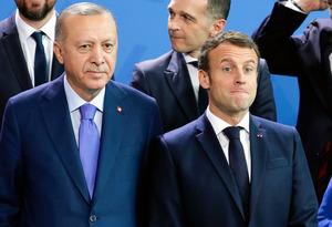 1月、国際会議の写真撮影で並ぶマクロン仏大統領(右)とトルコのエルドアン大統領=AP