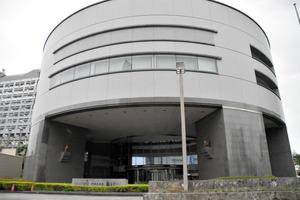 沖縄県議会の議会棟=2020年10月23日午後4時23分、那覇市、藤原慎一撮影