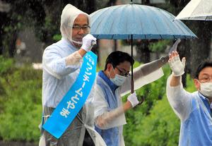 街頭演説する新田八朗氏(左)=2020年7月8日、富山市本丸、田添聖史撮影