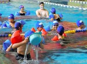 プールで水に慣れる授業を受ける子どもたち=2020年10月16日午前9時19分、埼玉県新座市東北2丁目のコナミスポーツクラブ新座、斯波祥撮影