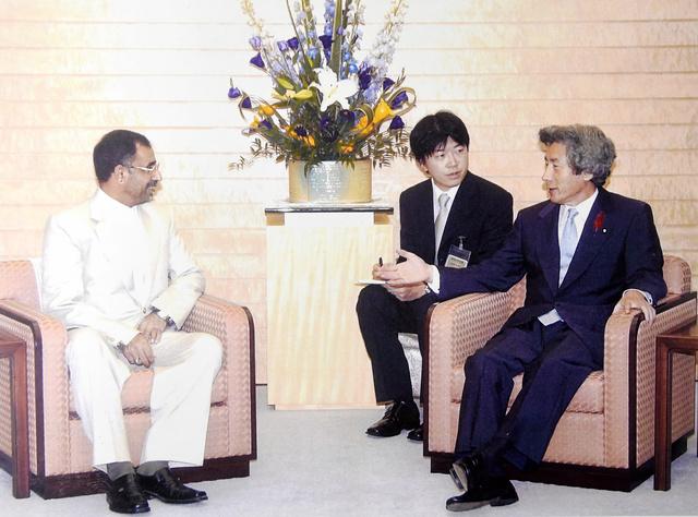 2004年10月5日、小泉純一郎首相(当時)と自衛隊が派遣されたイラク・ムサンナ県のハッサーニ知事との会談を通訳する中川浩一さん=本人提供