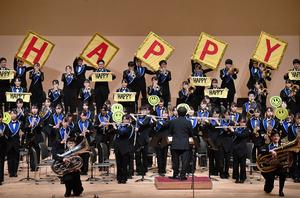 「HAPPY」のサインボードを掲げて演奏する愛工大名電の生徒たち=2020年10月25日午後、名古屋市熱田区の名古屋国際会議場、古沢孝樹撮影