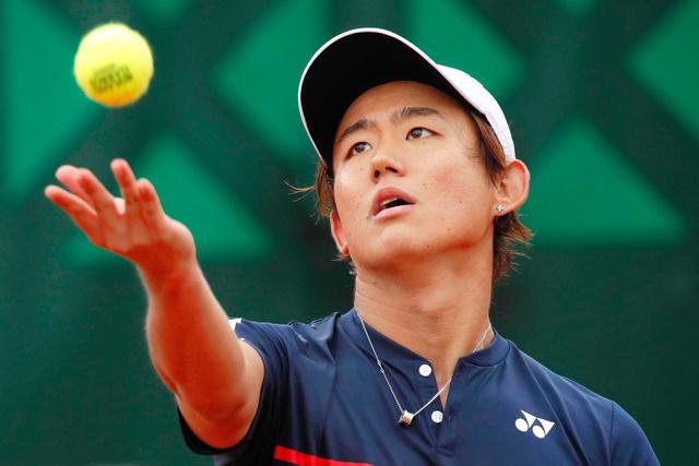 全仏オープンでプレーする西岡良仁=ロイター