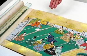 「承久記絵巻」に描かれた北条義時(左上)のもとに集まる武士たち=2020年10月26日午後、京都市中京区の京都文化博物館、筋野健太撮影