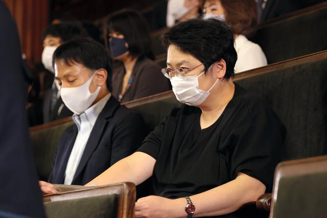 衆院本会議で菅義偉首相の所信表明演説を聞く法政大の上西充子教授=2020年10月26日午後2時14分、国会内、上田幸一撮影