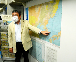 竹島資料室に展示された航空図2点の複製を前に解説する島根大学の舩杉力修准教授=2020年10月23日午前11時12分、松江市殿町