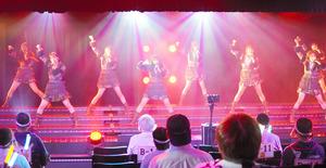 観客を入れる公演を再開したSKE48=26日午後6時29分、名古屋市中区、小原智恵撮影