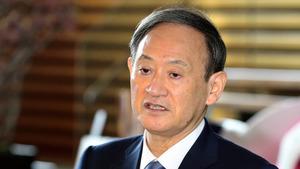 首相官邸で記者の問いかけに答える菅義偉首相=2020年10月26日午前8時46分、鬼室黎撮影