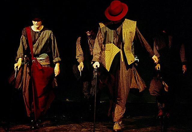 三宅一生さんが木綿の日常着を打ち出すコレクション「Plantation+MOMIX」を発表=1984年、佐賀町エキジビット・スペース、林雅之氏撮影