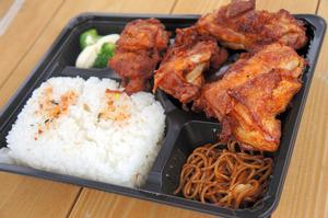 毎週土曜日に食べる唐揚げ弁当。大きな唐揚げが五つ入っている=三重県松阪市