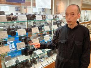 日本カメラ博物館の山本一夫学芸員。J-SH04も収蔵している=東京都千代田区