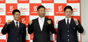 会見後に3人で写真撮影に応じる智弁和歌山の中谷監督(中央)、細川(左)、小林