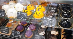 25日の開店日はハロウィーンを題材にしたケーキが並んだ=2020年10月25日午後1時22分、滋賀県近江八幡市上田町