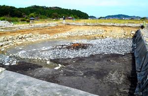 飛鳥京跡苑池の北池の北西部。池は盛り土をして大幅に改修されて、水がたまる部分が卵形に変わったという=2020年10月28日、奈良県明日香村、清水謙司撮影