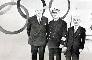 1938年のIOC総会に向かう客船で、米国のガーランドIOC委員(左)と記念撮影に納まる嘉納治五郎(右)。中央は客船の船長=講道館提供