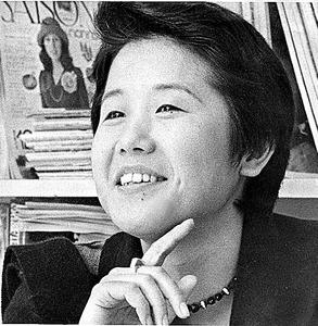 「現代衣服の源流展のプロデューサー」として、朝日新聞「ひと」欄に紹介された=1975年