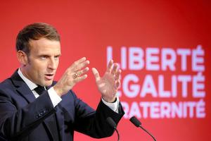 パリ郊外で2日、演説するマクロン仏大統領=ロイター