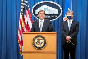 米ワシントンの司法省で28日、中国の工作員の訴追について会見する米当局者=ロイター