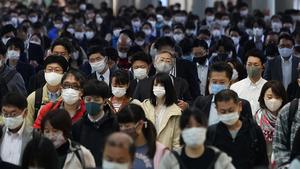 マスク姿で職場へ向かう通勤客ら=2020年10月29日午前7時51分、東京都港区、遠藤啓生撮影