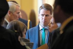 ワシントンの連邦議事堂で2019年5月、ロブ・ポートマン上院議員(左)とキルステン・ニールセン国土安全保障長官(右=当時)の会話に立ち会うマイルズ・テイラー氏(中央)=AP