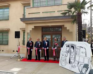 トキワ荘マンガミュージアムの式典でテープカットをする藤子不二雄(A)さん(右から2人目)=2020年10月30日