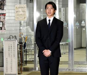 釈放後、警視庁東京湾岸署で謝罪の言葉を述べる伊藤健太郎さん=2020年10月30日午後8時12分、角詠之撮影