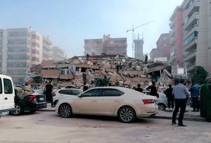 トルコ西部のイズミルで30日、強い地震で倒壊した建物=AP