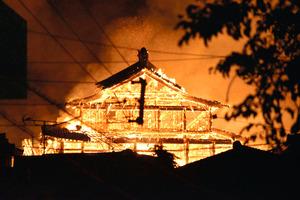 炎を上げて燃える首里城=2019年10月31日午前4時24分、那覇市、岡田将平撮影