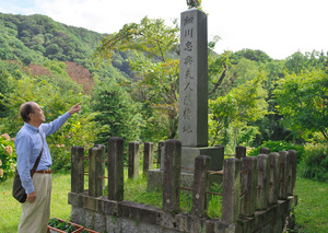 山に囲まれた「女城跡」に立つ「細川忠興夫人隠棲地」の石碑=京都府京丹後市弥栄町
