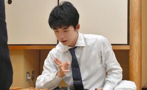 対局に勝利した藤井聡太七段(当時)=2019年8月、村瀬信也撮影