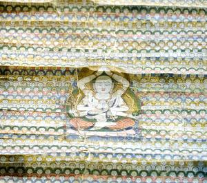 「地蔵曼荼羅」の中央に描かれた6本の腕の地蔵菩薩。周りにも小さな地蔵がびっしり並ぶ=2020年10月15日午後1時28分、滋賀県湖南市東寺5丁目