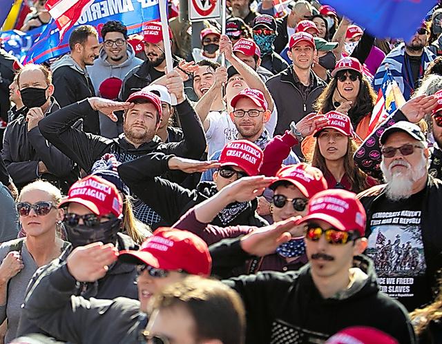 トランプ大統領を支持する集会に集まった人々=14日、米ワシントン、ランハム裕子撮影