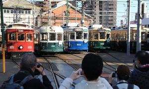 車庫に勢ぞろいしたレトロ路面電車=2020年11月23日午後2時37分、広島市中区、上田潤撮影